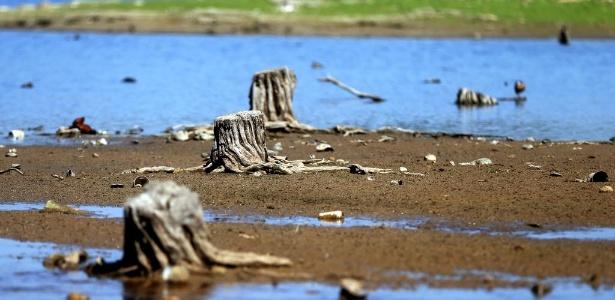 Nível de reservas de água nas represas no sistema do Alto Tietê está baixo - Ernesto José Avelino/Folhapress