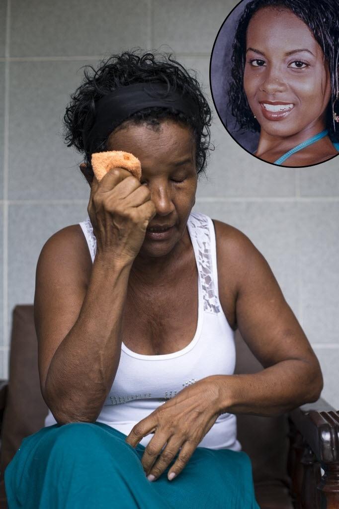 3.jan.2015 - Valdicéia França, 63, chora ao falar da filha Miran de Mello (detalhe), presa sob suspeita de envolvimento na morte da italiana Gaia Molinari, no Ceará