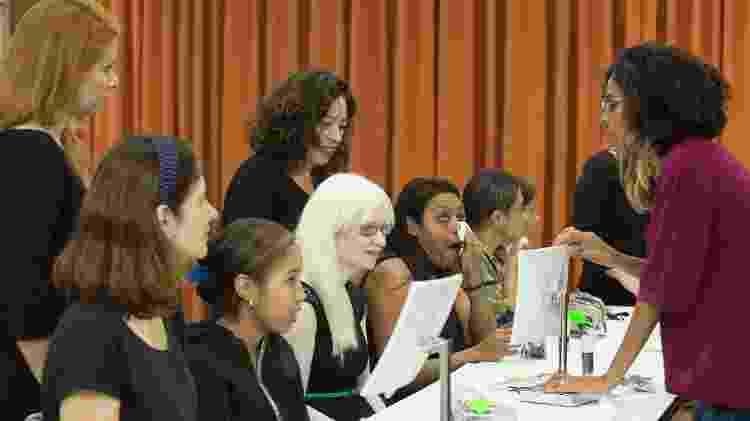 Mulheres cegas ou com baixa visão participam da aula na sede da Laramara  - Evelson de Freitas/BOL