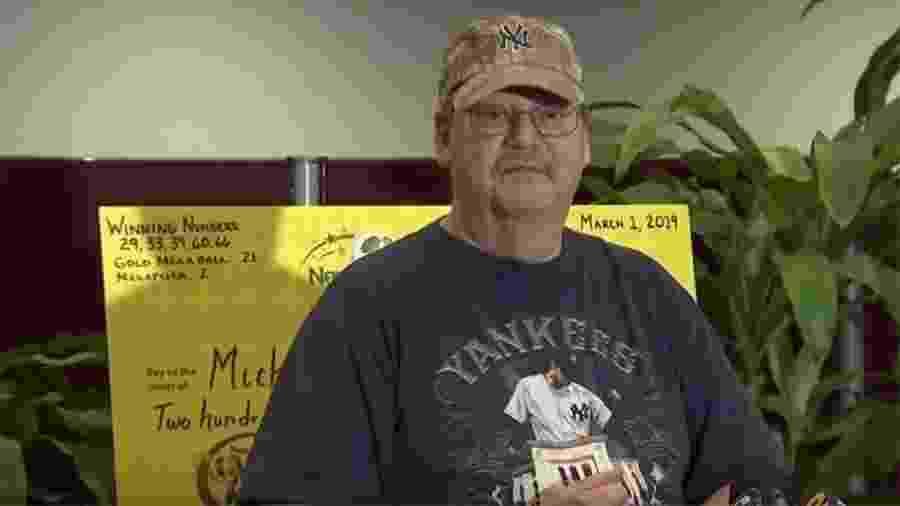 Mike Weirsky com o cheque que ganhou na loteria - Reprodução/CBS