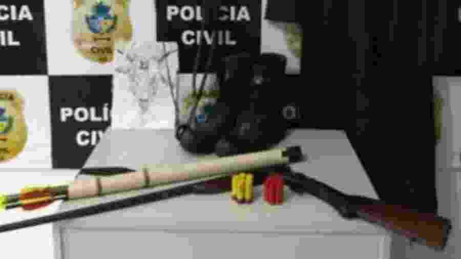 Polícia Civil de Goiás apreendeu uma espingarda, além de arco e flechas - Divulgação/Twitter