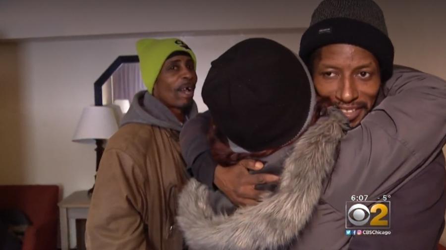 Candice Payne abraçando os desabrigados que ajudou - Reprodução/CBS Chicago