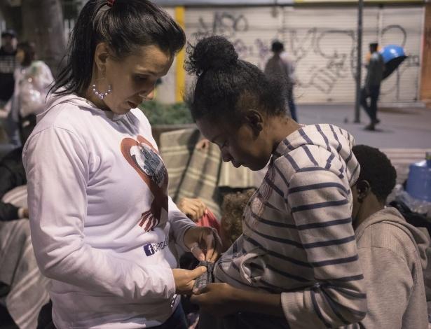 """Toda terça-feira, o grupo """"Caridade da Madrugada"""" socorre moradores de rua espalhados por São Paulo"""