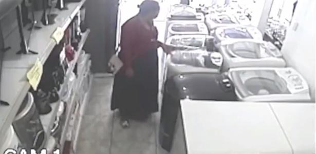 7.ago.2017 - Dentro de loja, mulher furta TV e esconde embaixo de saia
