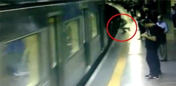 Imagem mostra mulher sendo empurrada na estação de metrô Conceição, em SP