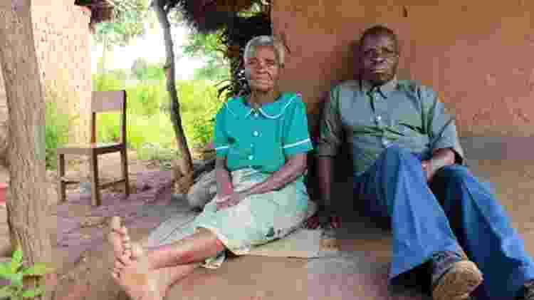 Lucy com o filho, Byson: ele tentou o suicídio duas vezes após se livrar do risco de execução - BBC - BBC