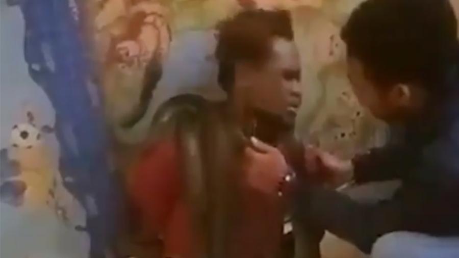Homem interrogado com cobra na Indonésia - Reprodução/Twitter