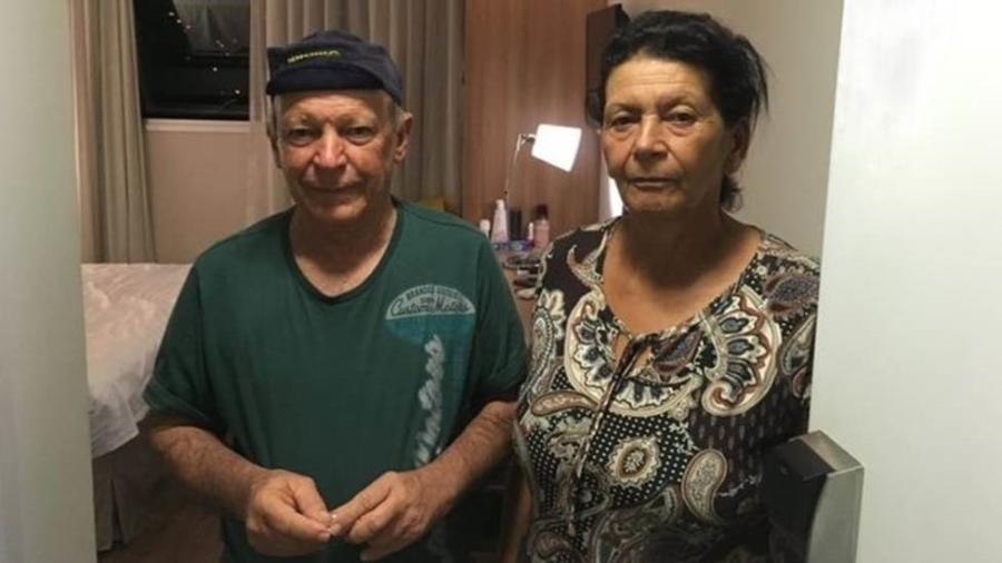 Geraldo e Vera na porta do quarto de hotel para onde foram levados pela Vale - AMANDA ROSSI/BBC