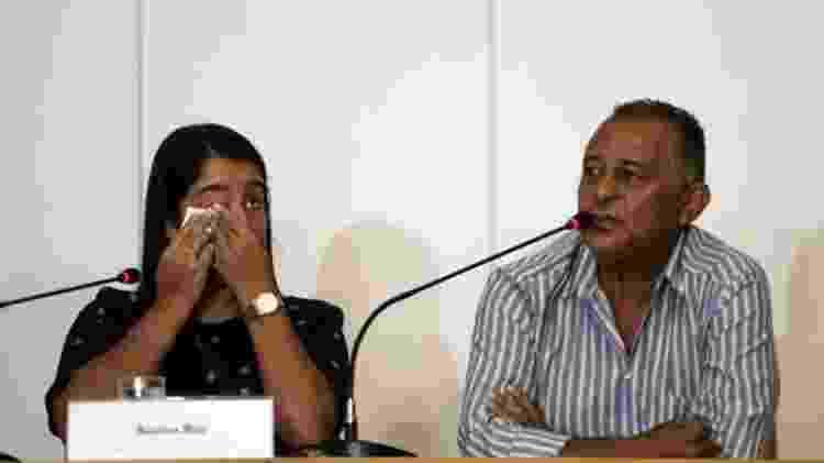 Na casa de Agatha Arnaus Reis (à esq.), a vida mudou completamente após a morte de seu marido, Anderson Pedro Gomes aos 39 anos - EPA - EPA