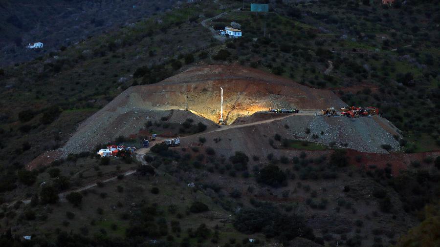 Máquina escavou buraco de 71 metros para resgatar menino que caiu em poço na Espanha - Reuters