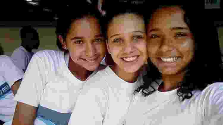 No dia antes do ataque, Thayane (à direita) tirou esta foto abraçada à melhor amiga, Carol (no centro) - Arquivo pessoal  - Arquivo pessoal