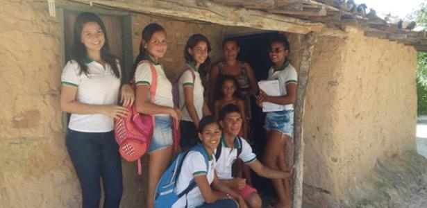 Alunos do projeto S.O.S. Casa visitam moradia de taipa em Cascavel (CE)