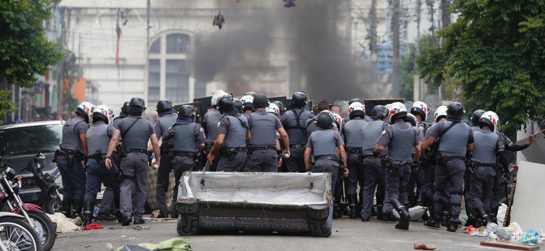 Polícia enfrenta usuários de drogas na região da cracolândia, em São Paulo  - Danilo Verpa/Folhapress