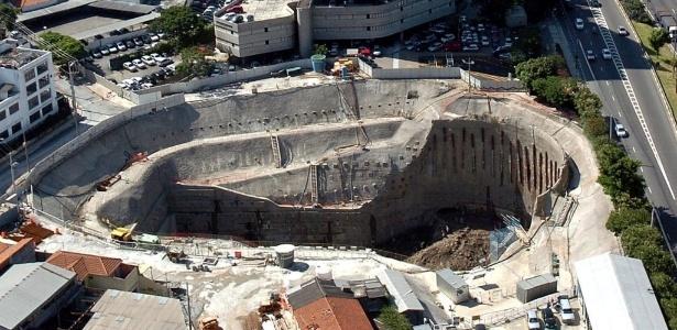 Vista aérea mostra cratera que se abriu após desabamento das obras da linha 4 do metrô