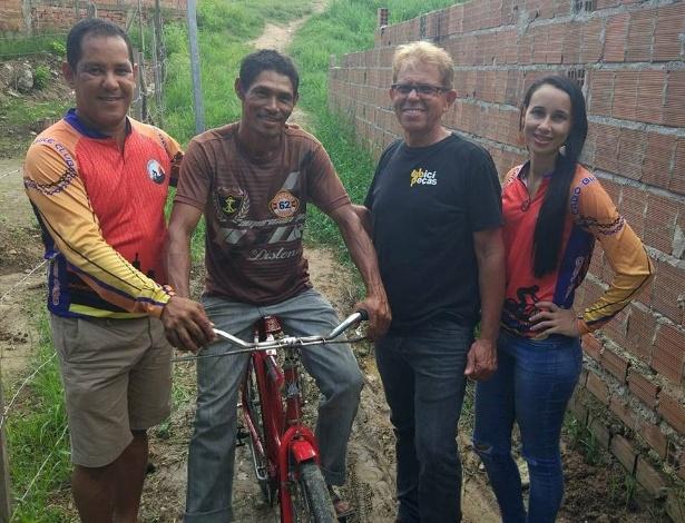 Geonildo (com camiseta marrom) recebeu a bicicleta das mãos de Marcos e Emanoel, da loja que patrocinou a reforma