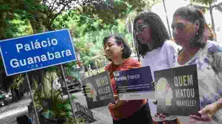 """""""É uma dor que você tem todo dia, toda hora"""", diz Marinete da Silva (à dir.), mãe da vereadora Marielle Franco - EPA - EPA"""