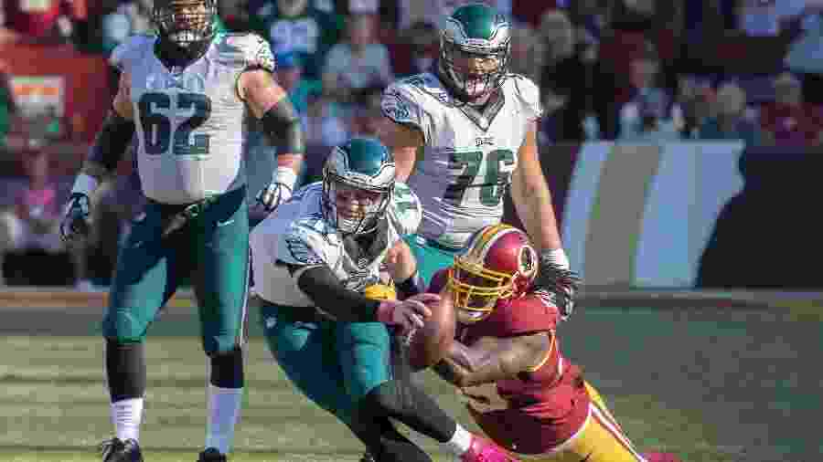 Ricky-Jean François, do Washington Redskins, fazendo um sack em Carson Wentz, quarterback do Philadelphia Eagles - Keith Allison/Creative Commons
