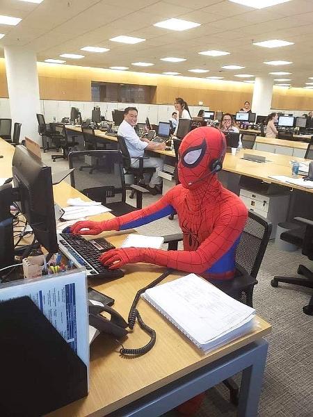 Bancário pede demissão e aparece no último dia vestido de Homem-Aranha - Imgur