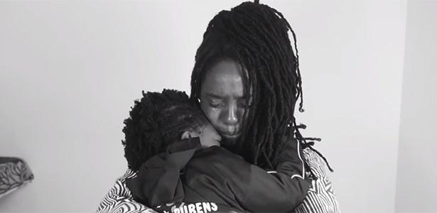 Ana Paula Xongani se emociona em vídeo postado no YouTube
