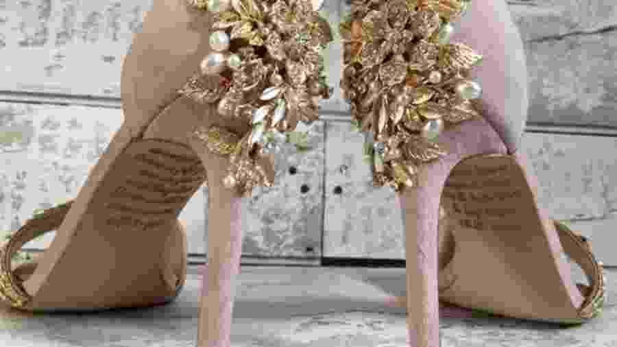 Emma encomendou sapatos customizados, nos quais sua mãe escondeu uma mensagem - @LACEANDLOVESHOES