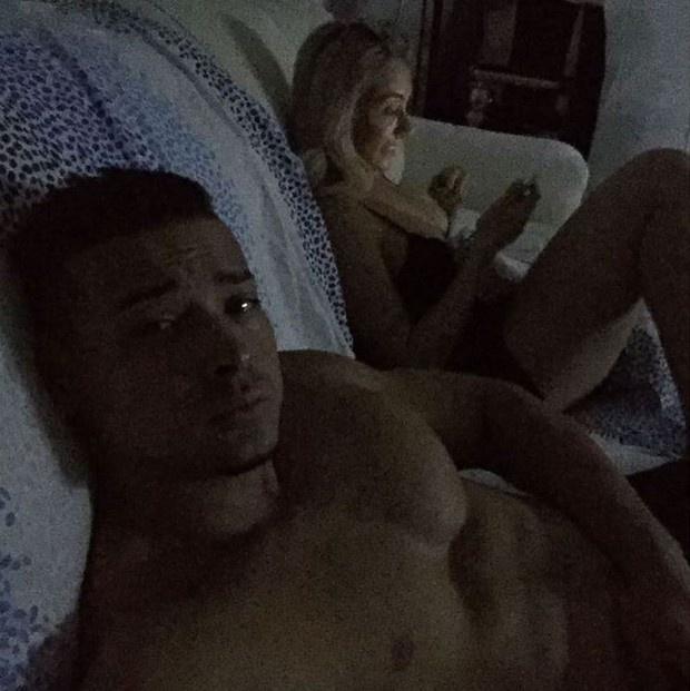 27.set.2015 - Dois dias depois de se casar com Juju Salimeni, Felipe Franco publicou uma foto bastante ousada do casal no Instagram. Na foto, ele aparece sem camisa, enquanto ela, com uma roupa íntima, mexe no celular.