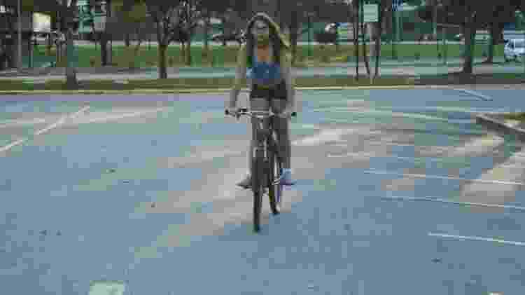 Carla, aos 15 anos, andando de bicicleta em Santo André, na Grande São Paulo  - Arquivo Pessoal