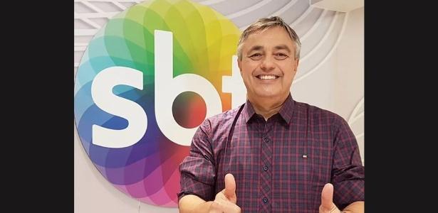 O jornalista Ricardo Vidarte na redação no estúdio do SBT