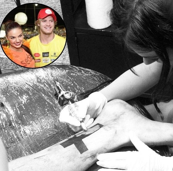 Isis Valverde tatuou uma cruz no namorado, o músico Tom Rezende.