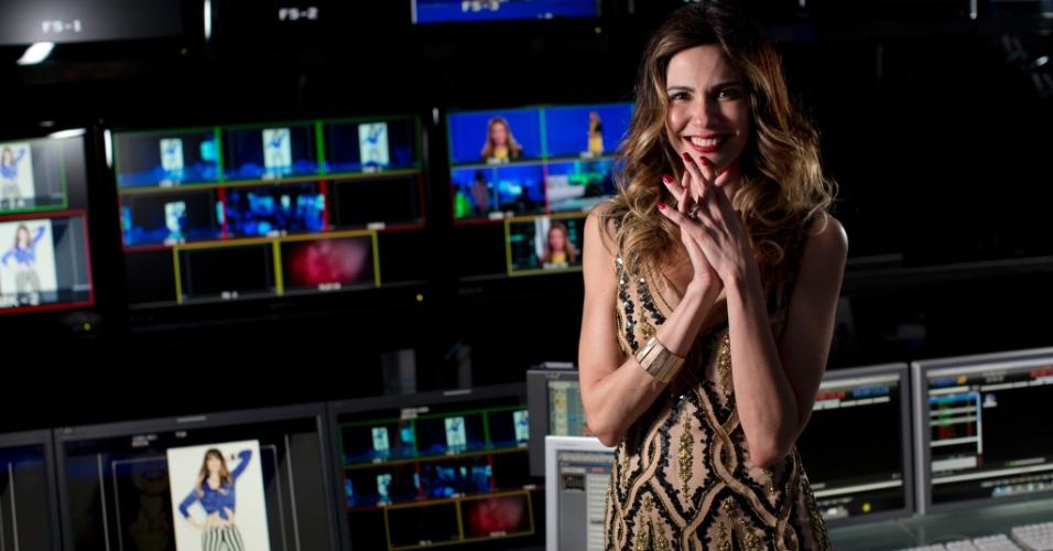4.jun.2013 - A apresentadora Luciana Gimenez posa na sala de controle do seu programa na Rede TV. A apresentadora fara um programa de televisao nos EUA