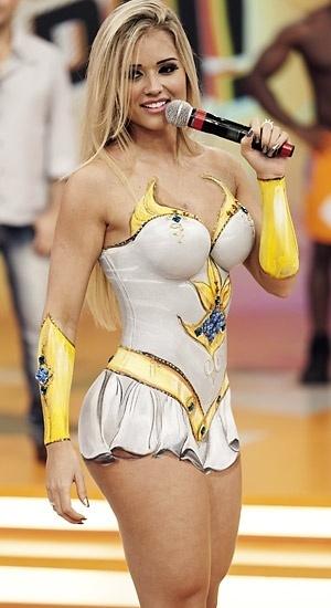 21.jun.2013 - A ex-panicat Aryane Steinkopf encarnou a princesa do poder, She-Ra. A gata teve as curvas pintadas pelo artista W. Veríssimo para o programa