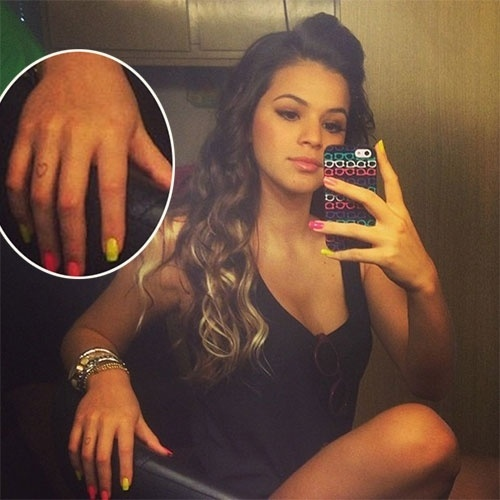 """21.jun.2013 - Bruna Marquezine, 17, compartilhou uma imagem no Instagram com a legenda: """"Bom diaaa!!! Vamos trabalhar???"""". A imagem chamou a atenção por mostrar a atriz com as pontas do cabelo mais claras e por um desenho de coração em um dos dedos da mão direita, indicando uma possível nova tatuagem, ou uma tatuagem temporária. Seria uma homenagem para o namorado Neymar?"""