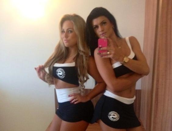 23.jun.2013 - Ísis Gomes e Camila Vernaglia se preparam para participar de evento de MMA como ring girls em Manaus (AM). As ex-candidatas ao concurso Miss Bumbum divulgaram as fotos nas redes sociais antes de encantar o público com suas curvas