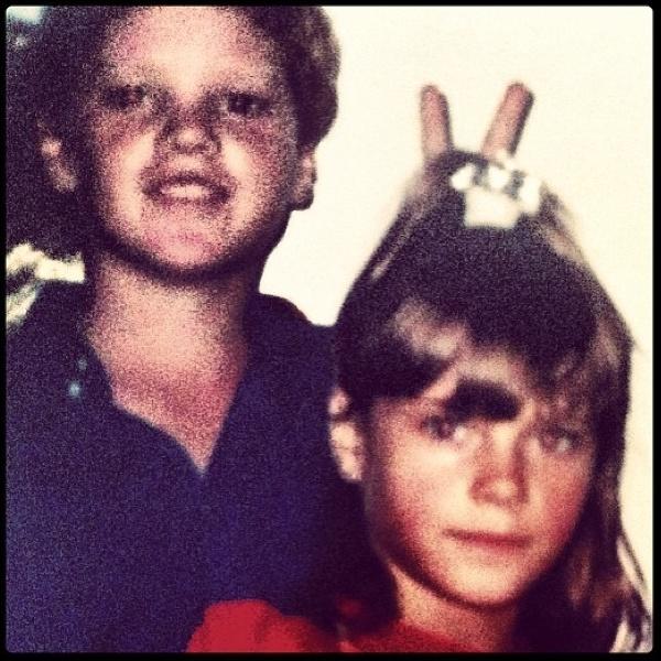 """10.jul.2013 - Carolina Dicekmann postou no Instagram uma foto sua na infância ao lado de um de seus irmãos, os gêmeos Edgar e Frederico, para marcar o aniversário deles. """"Hoje meu irmão faz 38... e eu ainda o vejo desse jeitinho aí"""", escreveu a atriz na rede social"""