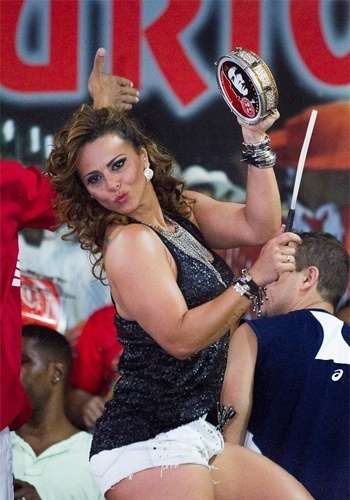 20.jul.2013 - Viviane Araújo deixa tatuagem como o nome de Belo à mostra durante ensaio da escola de samba carioca Salgueiro neste sábado
