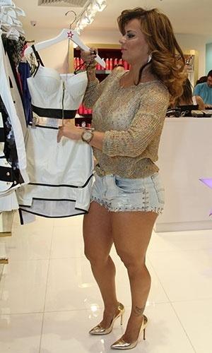 9.ago.2013 - Viviane Araújo participou da reinauguração da loja Planet Girls, em um shopping do Rio. A marca apresenta alguns looks provocantes e é lembrada por associar sua marca a gatas ousadas. Vivi aproveitou para provar alguns modelos e arrasar mostrando as pernas malhadas