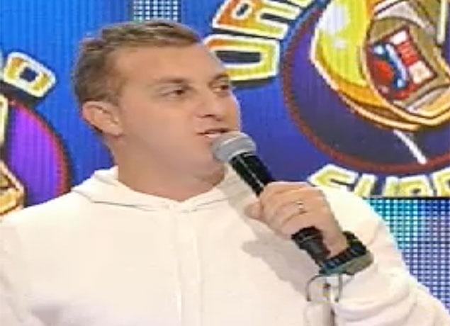 10.ago.2013 - Luciano Huck fala ao vivo que Angélica cortou seu cabelo