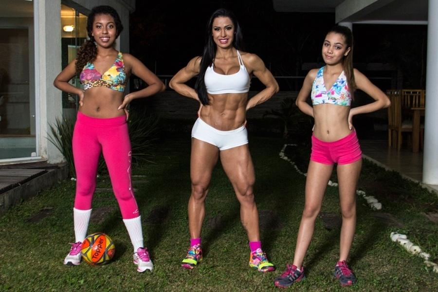 """21.ago.13 - Referência de corpo musculoso entre as celebridades, a dançarina Gracyanne Barbosa, 31, falou sobre a nova marca de roupas para academias que pretende lançar. """"A ideia surgiu porque eu usava roupa de várias pessoas e pensava: 'essa é bacana, mas o suor passa, na outra a cor é mais viva'"""", revelou a gata em entrevista à revista """"Quem"""". Ela apresentou alguns modelos com a ajuda da irmã Giovanna Jacobina (à esquerda), 14, e da enteada Isadora Alkimim, 13. Sobre o futuro físico de Giovanna, Gracyanne garante que não vai forçá-la a seguir seus passos na academia. """"Minha irmã não quer ser musculosa. Prezo que elas tenham uma vida saudável e se alimente bem.  São adolescentes, procuro ser um bom exemplo. Só não depende de mim se querem ou não malhar"""", revelou a gata"""