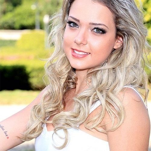 23.ago.2013 - Carolina Dantas, ex-namorada de Neymar e mãe do pequeno Davi Lucca, é a nova queridinha das redes sociais. A loira, que possui algumas tatuagens pelo corpo, exibiu a inscrição