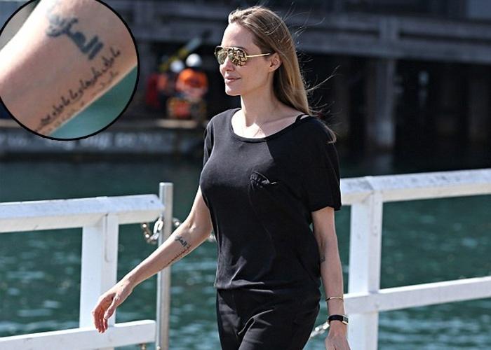9.set.2013 - A atriz Angelina Jolie deixou à vista durante uma caminhada na Austrália, onde está gravando seu novo filme, uma nova tatuagem que fez em seu braço direito. Ela tatuou uma palavra de origem árabe que significa determinação