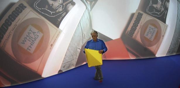 O brasileiro Neville Dalmeida em frente a obra de Helio Oiticica, no Museu de Arte Moderna de Frankfurt - Andreas Arnold/EFE