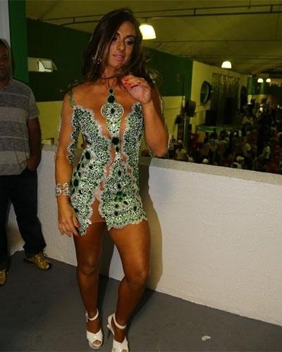 19.out.2013 - Com vestido curtíssimo, Nicole Bahls circula quadra da escola de samba Império Serrano, no Rio de Janeiro
