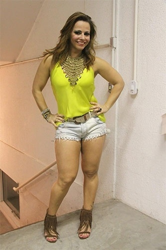 20.out.2013 - Viviane Araújo posa para foto antes de participar da cerimônia de coroação de Ana Paula Evangelista como rainha de bateria da escola de samba carioca Mocidade Independente de Padre Miguel