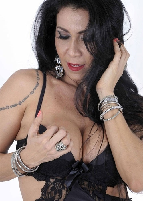22.out.2013 - Aos 41 anos, Denize Taccto, ex-mulher de Gerson Brenner, exibiu ótima forma em um ensaio de lingerie para a grife Sexy Life