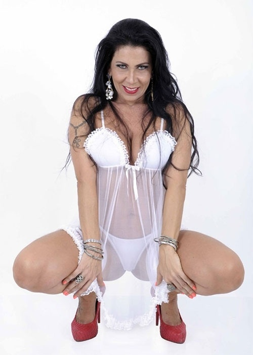 22.out.2013 - Denize Taccto, ex-mulher de Gerson Brenner, posou para o catálogo da grife Sexy Life, em ensaio com lingeries sensuais. Aos 41 anos, a morena chamou atenção pelo corpo em forma e looks provocantes