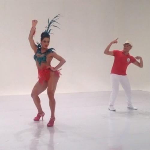 5.nov.2013 - Gracyanne Barbosa, rainha de bateria da X-9 Paulistana, postou imagens da gravação da vinheta de Carnaval. Com tudo em cima, a mulher de Belo usou uma fantasia justinha às curvas torneadas
