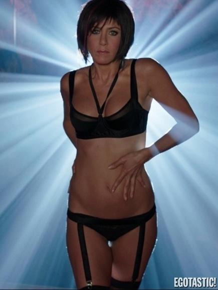 6.nov.2013 - Jennifer Aniston aparece de uma forma que você nunca viu em imagens reveladas pelo site Egotastic. De peruca, a  bela dança de lingerie, com os