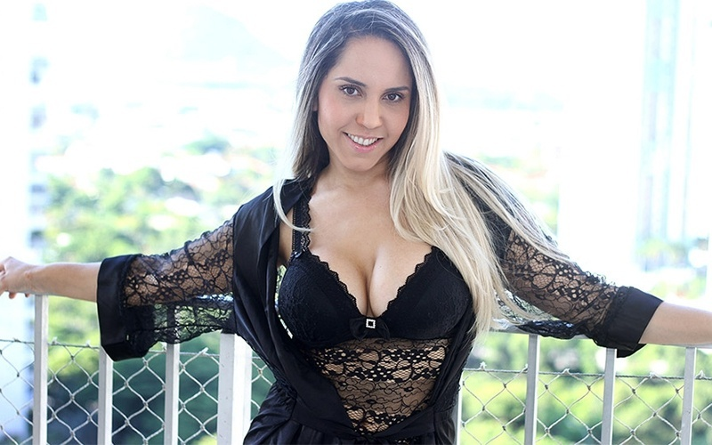 """9.dez.2013 - Em maio deste ano, Renata Frisson, a Mulher Melão, revelou que economia não era seu forte. """"Só de salão eu devia gastar uns R$ 5 mil, R$ 10 mil por mês"""", contou a gata na época. Mas, após um período de economia, em que foi morar no subúrbio do Rio, a funkeira colocou os pés no chão e conseguiu se recuperar financeiramente. Em entrevista ao Ego, ela revelou que voltou para a Barra da Tijuca. De acordo com o site, o apê de Melão é alugado, tem dois quartos e não sai por menos de R$ 6 mil por mês"""