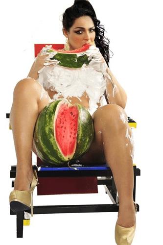 15.jan.2014 - Andressa Soares, a Mulher Melancia, fez um ensaio ousado para as lentes do fotógrafo Yuri Graneiro. Lambuzada de chantilly e com a fruta que carrega no nome artístico, Andressa posou para fotos que podem ser vistas na exposição sobre personalidades do funk, que acontece no Madureira Shopping Rio