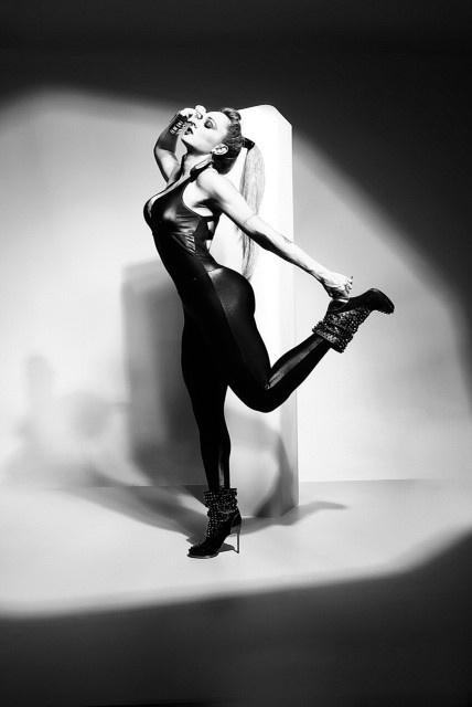 15.jan.2014 - Depois de posar como anjinha, Juju Salimeni fez ensaio fetichista com looks inspirados no sadomasoquismo para sua marca de biquíni e roupas fitness, a Hipkini. Em entrevista ao Paparazzo, ela aproveitou para falar um pouco sobre sua intimidade e preferências na hora H: