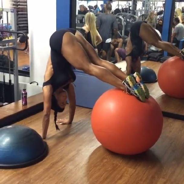 29.jan.2014 - A dançarina e musa fitness Gracyanne Barbosa postou um vídeo em sua conta no Instagram em que aparece treinando na academia usando um traje bastante decotado. De acordo com a postagem da musa, Gracyanne estava fazendo os exercícios desenvolvimento com halteres e rosca alternada. Gracyanne ainda postou as hashtags #bodypower #bracosdurinhos #focoesaude #fitness #vidasaudavel #projetogracyanne